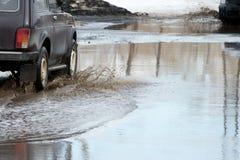 Vague sale de jet de dessous les roues d'un camion L'eau sur la route Pulvérisez de dessous les roues des voitures photos stock
