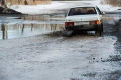 Vague sale de jet de dessous les roues d'un camion L'eau sur la route Pulvérisez de dessous les roues des voitures image libre de droits