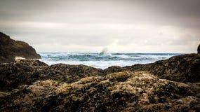 Vague se brisant outre de la côte rocheuse photographie stock