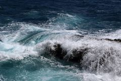 Vague se brisant sur un rocher en mer mediterranee royalty free stock image