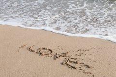 Vague sur la plage de sable Photos stock