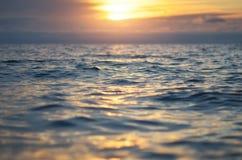 Vague sur le coucher du soleil de mer photo stock
