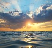 Vague sur le coucher du soleil de mer images stock
