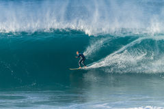 Vague surfante de surfer photo stock