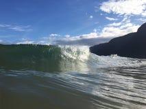 Vagues à la plage de Polihale sur l'île de Kauai, Hawaï Image libre de droits