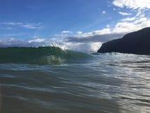 Vagues à la plage de Polihale sur l'île de Kauai, Hawaï Images stock