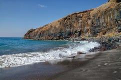 Vagues à la plage noire de sable photographie stock libre de droits