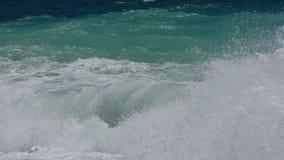 Vagues énormes du roulement de mer agitée sur le rivage, l'eau orageuse, ralenti de paysage marin clips vidéos