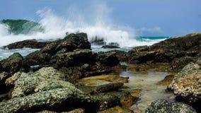 Vagues énormes se brisant sur les roches de l'île de Syros images libres de droits