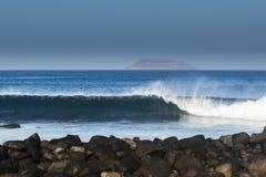 Vagues, île et roches de roulement image stock
