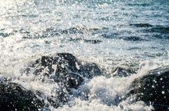Vagues au bord de la mer images stock