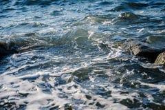 Vagues au bord de la mer photographie stock libre de droits
