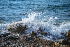 Vagues au bord de la mer photos stock