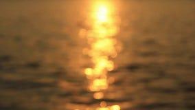 Vagues au coucher du soleil banque de vidéos