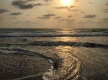 Vagues au coucher du soleil Photographie stock libre de droits