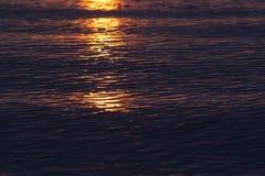 Vagues au coucher du soleil Image stock