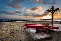 Vagues au coucher du soleil sur la mer meditarranean photographie stock libre de droits