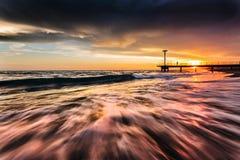 Vagues au coucher du soleil sur la mer meditarranean images libres de droits