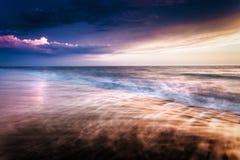 Vagues au coucher du soleil sur la mer meditarranean photo stock