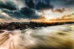 Vagues au coucher du soleil sur la mer meditarranean image stock