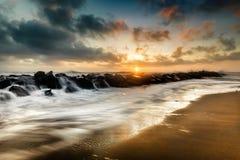 Vagues au coucher du soleil sur la mer meditarranean photos stock