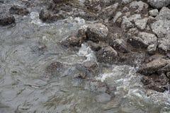 Vagues aux roches Photo libre de droits