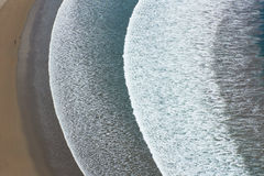 Vagues blanches de baie de bord de la mer Photo libre de droits