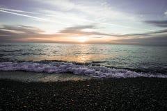 Vagues côtières au coucher du soleil Coucher du soleil coloré sur une plage de mer images stock