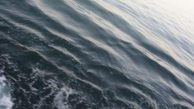 Vagues calmes avec des bateaux banque de vidéos