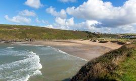 Vagues cassant la baie de Porthcothan et la côte du nord cornouaillaise BRITANNIQUE des Cornouailles Angleterre de plage image libre de droits