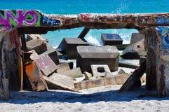 Vagues éclaboussant le brise-lames étiqueté : Fremantle, Australie occidentale Photo stock