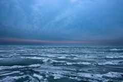 Vagues congelées sur le lac Michigan image libre de droits