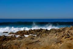 Vagues contre des roches Carmel CA photos stock