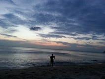 Vagues, coucher du soleil, mer Homme faisant la photo du coucher du soleil Phuket, Thaïlande photos stock