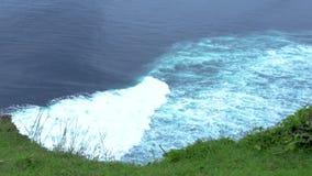 Vagues d'eau avec la mousse blanche sur la vue de surface de mer à partir du bord vert de montagne ?claboussement des ressacs L'e clips vidéos