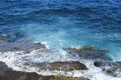 Vagues d'eau bleue atlantiques Image stock