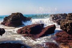 Vagues d'eau d'océan de mer poussant la marée haute Photographie stock libre de droits