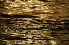 Vagues d'eau dans la lumière de jour Image stock