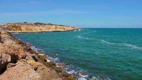 Vagues d'eau sur le cap de la mer Méditerranée de rivage dans la ville de Monastir, Tunisie banque de vidéos