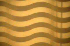 Vagues d'ombre sur un rideau image stock