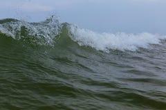 Vagues dans l'océan éclaboussant des vagues Image stock