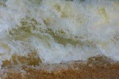 Vagues dans l'océan éclaboussant des vagues Photos stock