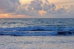 Vagues dans l'océan au coucher du soleil Photos stock