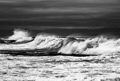 Vagues dans l'océan pacifique noir et blanc et Photo libre de droits