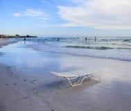 Vagues de calme de plage et de chaise de plage en croissant Images stock