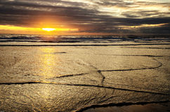 Vagues de coucher du soleil Photos stock