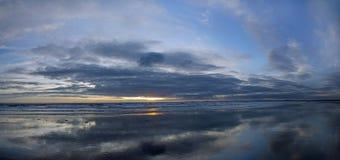 Vagues de coucher du soleil Photo stock