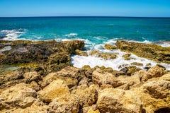 Vagues de l'océan pacifique se brisant sur le rivage rocheux de la côte ouest de l'île d'Oahu photos stock