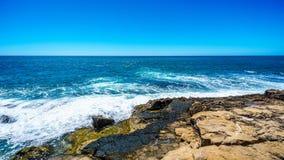 Vagues de l'océan pacifique se brisant sur le rivage rocheux de la côte ouest de l'île d'Oahu image stock