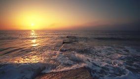 Vagues de lever de soleil et d'ondulation de mer, belle vue banque de vidéos